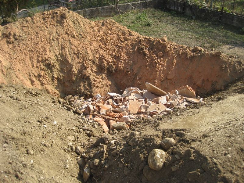 La Guida - Macerie e rifiuti da demolizione interrati, una denuncia