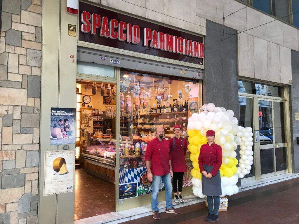 """La Guida - """"La vetrina più bella"""", primo premio al negozio Spaccio Parmigiano"""