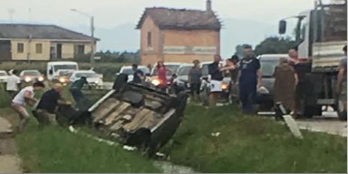 La Guida - Auto fuori strada a Tetto Croce, due feriti