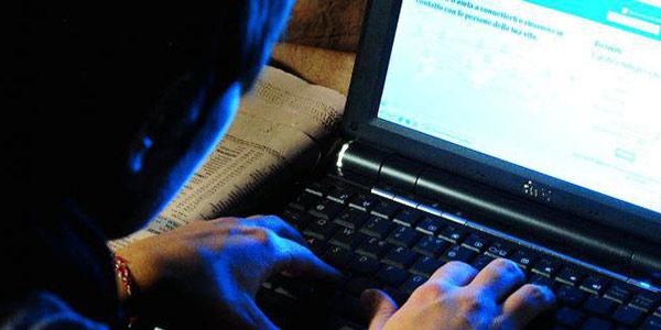 La Guida - Adescava e poi ricattava minori in chat, 24enne agli arresti domiciliari
