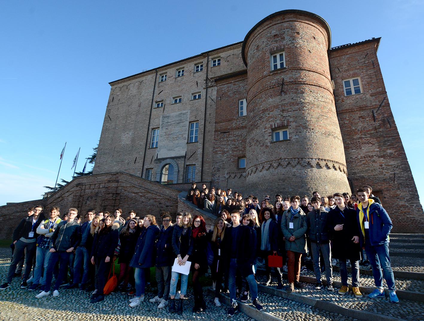 """La Guida - Il """"Parlamento Europeo Giovani"""" in visita al Castello di Carrù"""