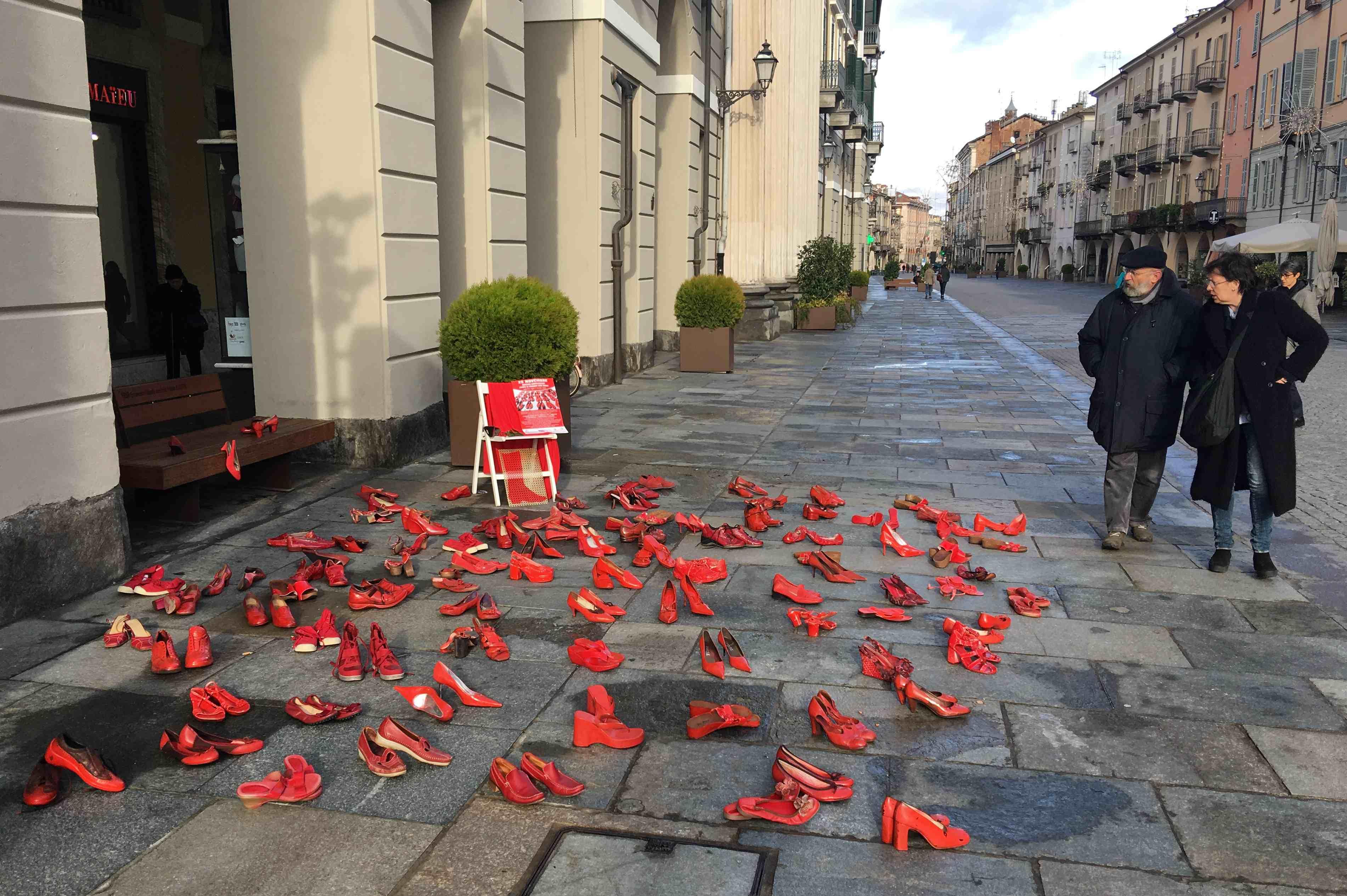 La Guida - Scarpe rosse, simbolo per dire no alla violenza contro le donne