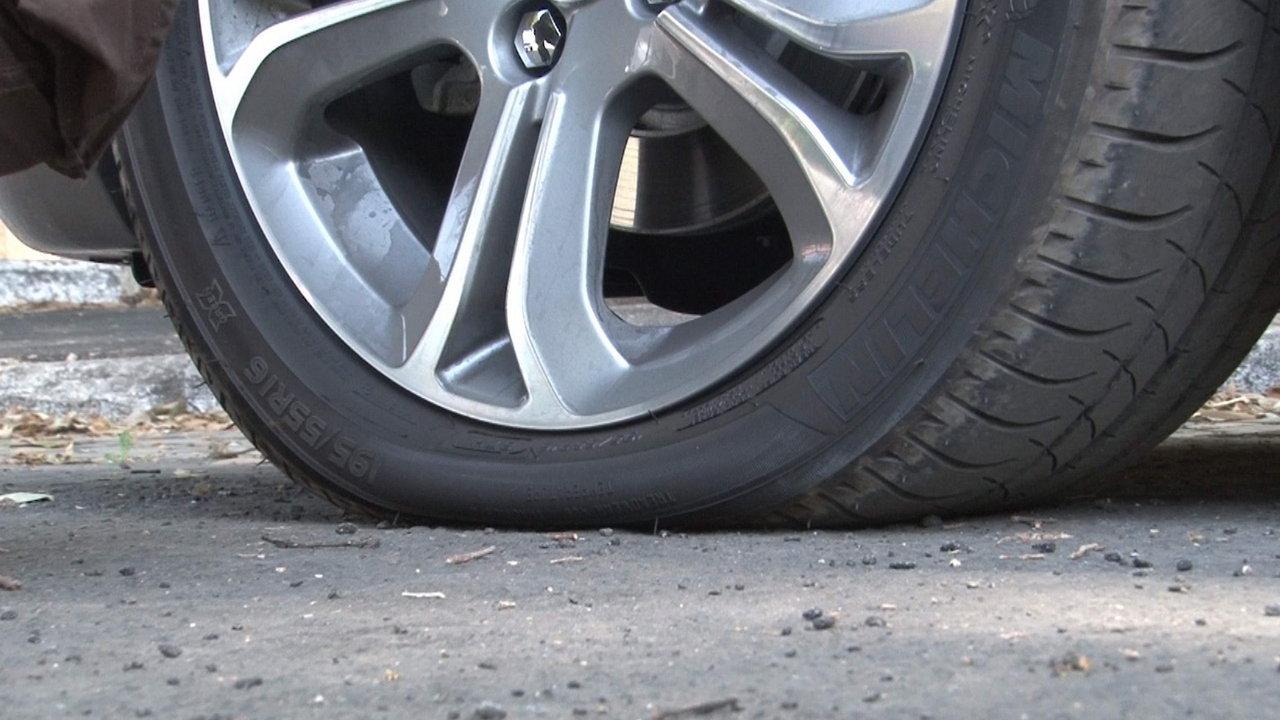 La Guida - Forano i pneumatici dell'auto e rubano oggetti di valore