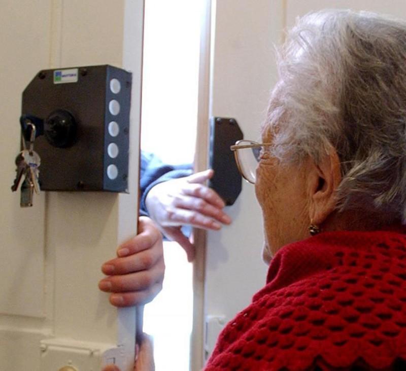 Risultato immagini per furto anziani