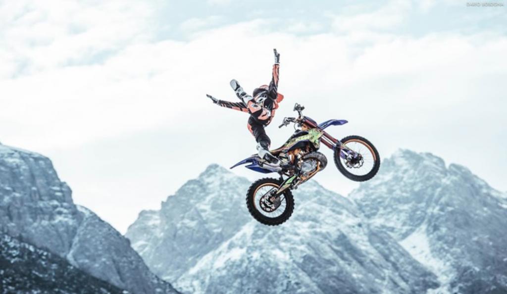 Acrobazie di motocross sulle piste di Prato