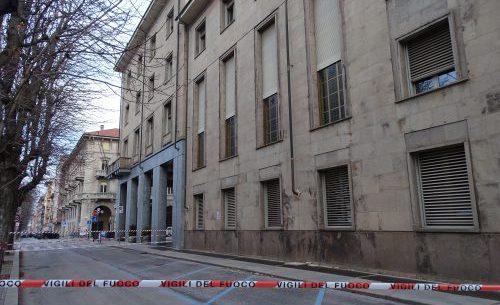 La Guida - La Provincia perde i pezzi: lastre si staccano dal palazzo, strada chiusa