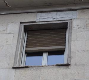 La finestra del palazzo della Provincia da cui si sono staccate le lastre.