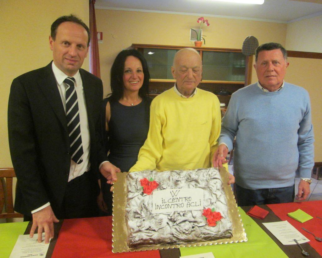 Giovanni Forneris (con la maglia gialla) in occasione della festa al centro anziani lo scorso dicembre