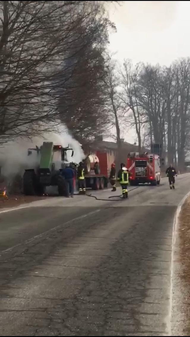 L'intervento dei Vigili del fuoco per spegnere le fiamme sul trattore lungo la strada