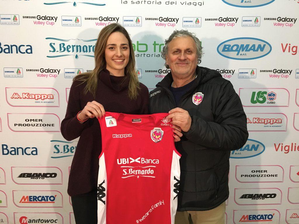 Il direttore sportivo Primasso consegna la maglia dell'Ubi Banca San Bernardo a Ludovica Guidi (credito Ufficio Stampa Cuneo Granda Volley)