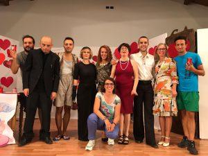 """La compagnia de """"Gli Improbabili"""" di San Rocco Castagnaretta riceve gli applausi del pubblico dopo uno spettacolo."""