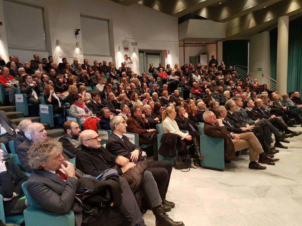 Sala Falco gremita di pubblico per la presentazione del libro