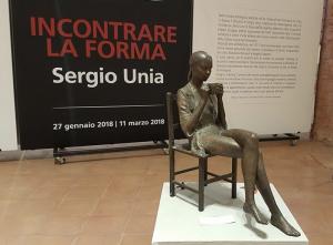 La prima scultura, un bronzo di una ragazza seduta su una sedia che bene una tazza di the,  che si incontra nel percorso di Unia in San Francesco
