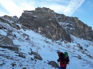 Un escursionista sta salendo con le racchette da neve al Bric Rutund