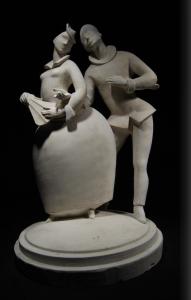 Un pezzo della collezione dei gessi Lenci raffigurante un uomo e una dama a braccetto