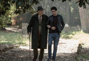 """Una scena del film """"Tutto quello che vuoi"""" nella quale i due protagonisti passeggiano a braccetto in un parco di Roma"""