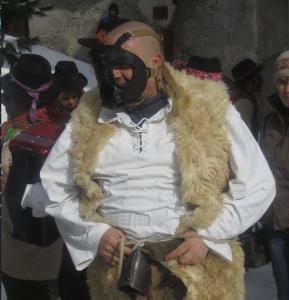 Un uomo travestito da lupo nel tradizionale carnevale alpino di Chianale
