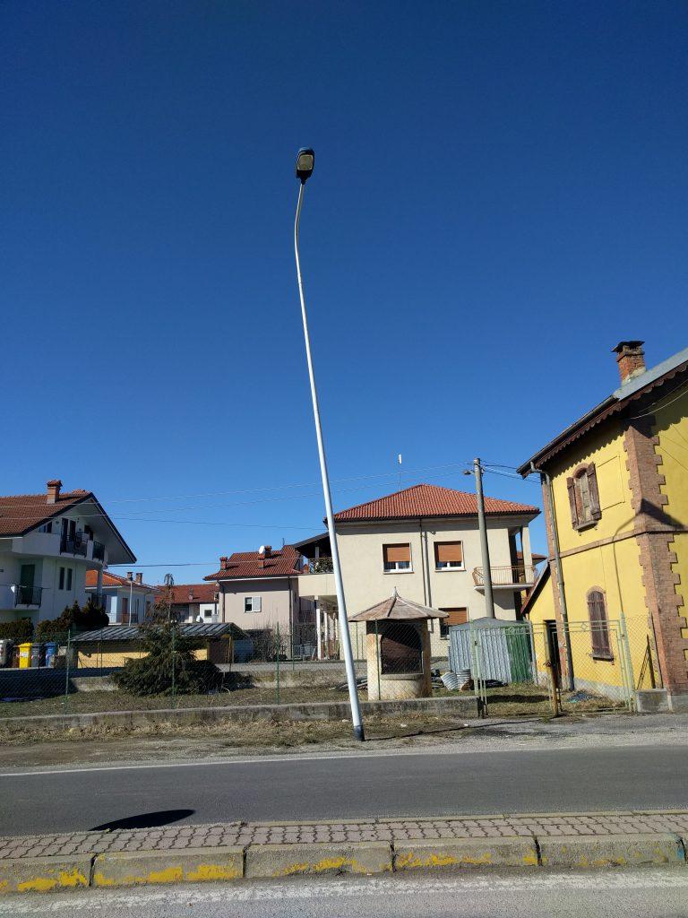 Lampione pericolante a Borgo San Giuseppe