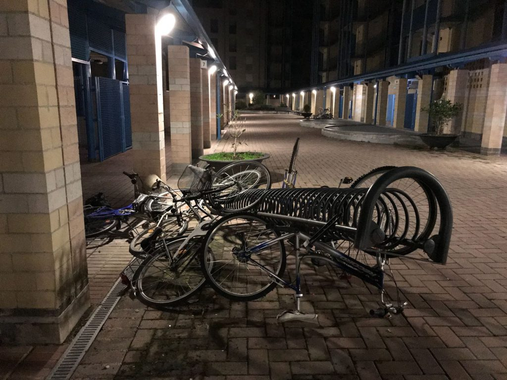 Biciclette scaraventate a terra in Viale Masera ad Alba