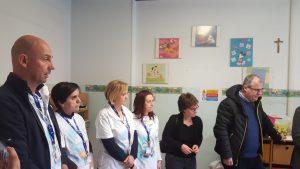 La consegna dei libri nel reparto di pediatria del Santa Croce