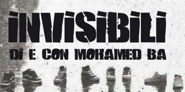 """La locandina di """"Invisibili """"di Mohamed Ba, raffigurante una schiera di figure invisibili di cui si vedono solo le scarpe, allineate su una superficie bagnata"""