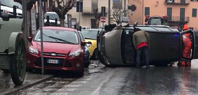 La Guida - Incidente a Farigliano auto urta fila di macchine e si cappotta