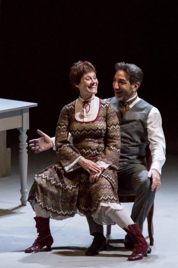 """Una scena di """"Casa di bambola"""" con Nora in braccio al marito Torvald Helmer"""
