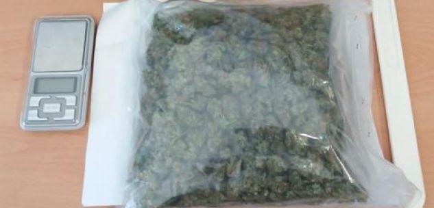 La Guida - Viaggiava con 200 grammi di marijuana nello zaino