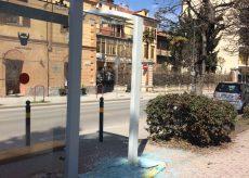 La Guida - Pensilina dei bus danneggiata davanti ai giardini Fresia