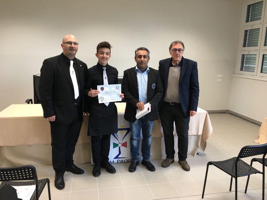 Gli organizzatori del concorso con l'allievo Umberto Prato e il professor Mario Berutti