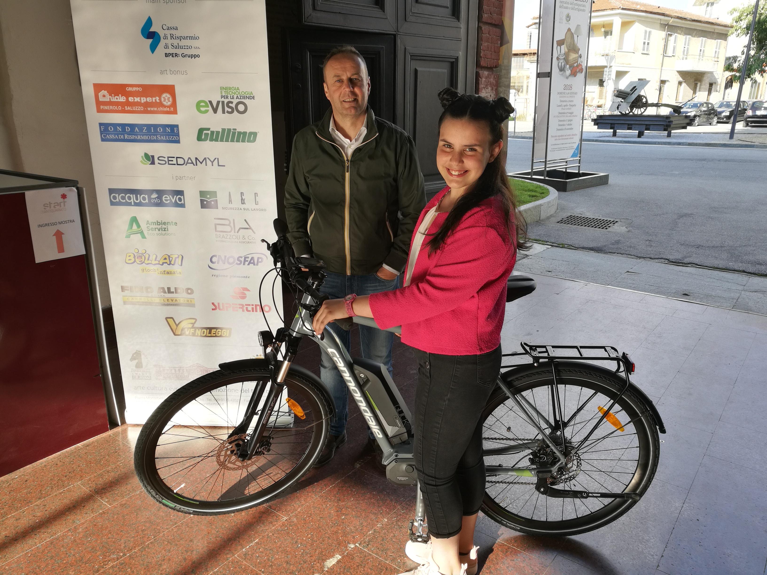 La consegna della biciletta in palio alla Lotteria del Carnevale di Saluzzo