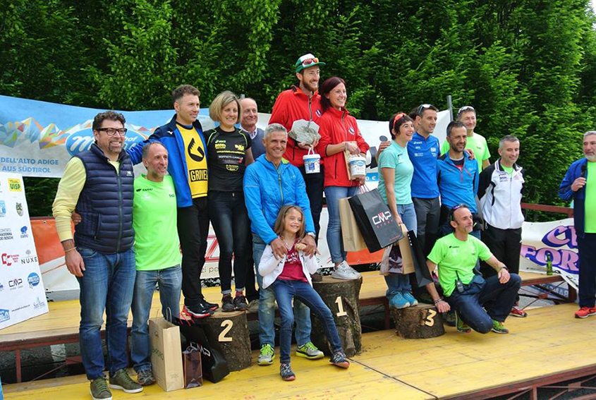 podio-maschile-e-femminile-percorso-lungo-con-sponsor