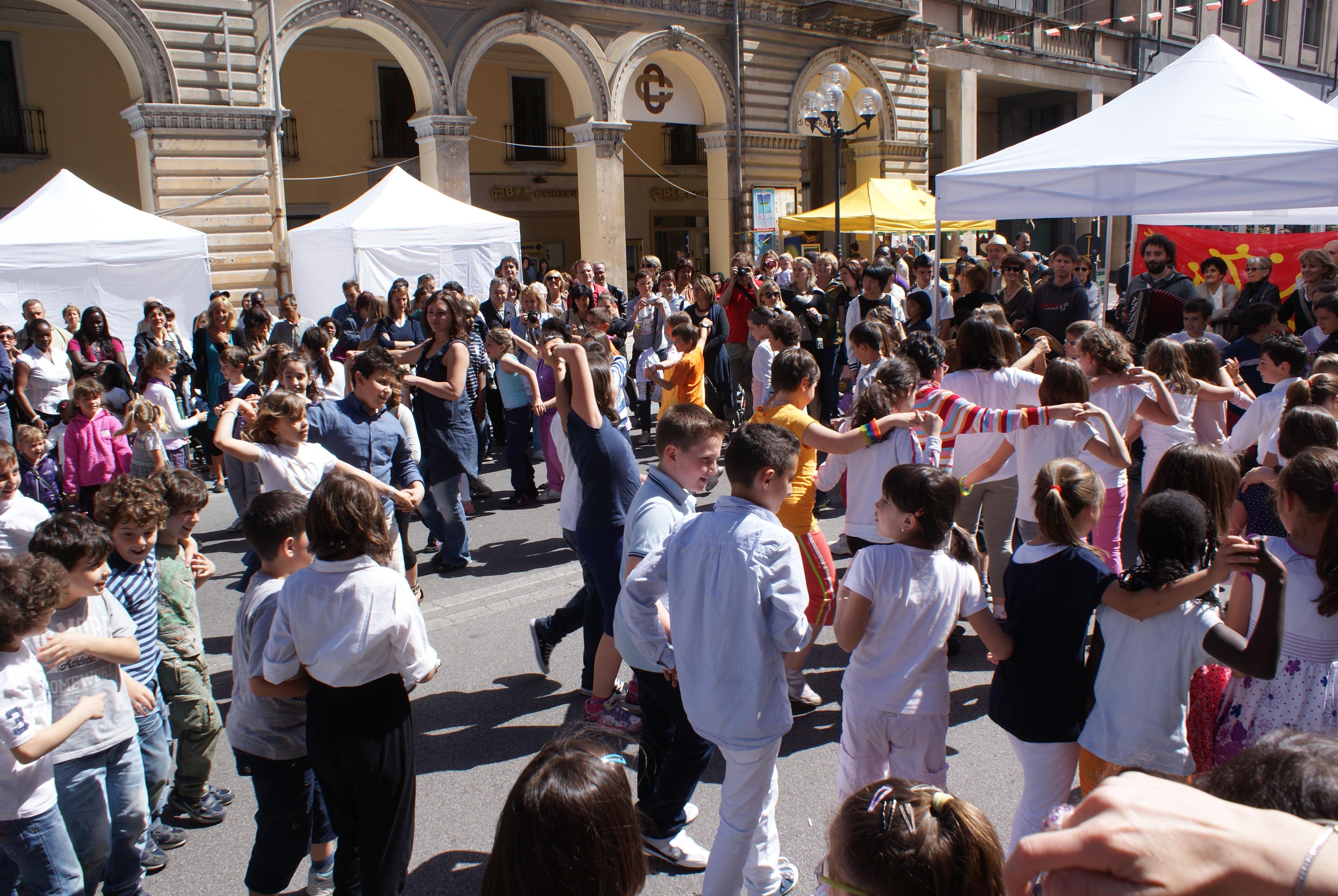 "Bimbi e genitori in piazza per ""FamigliaseiGranda"""