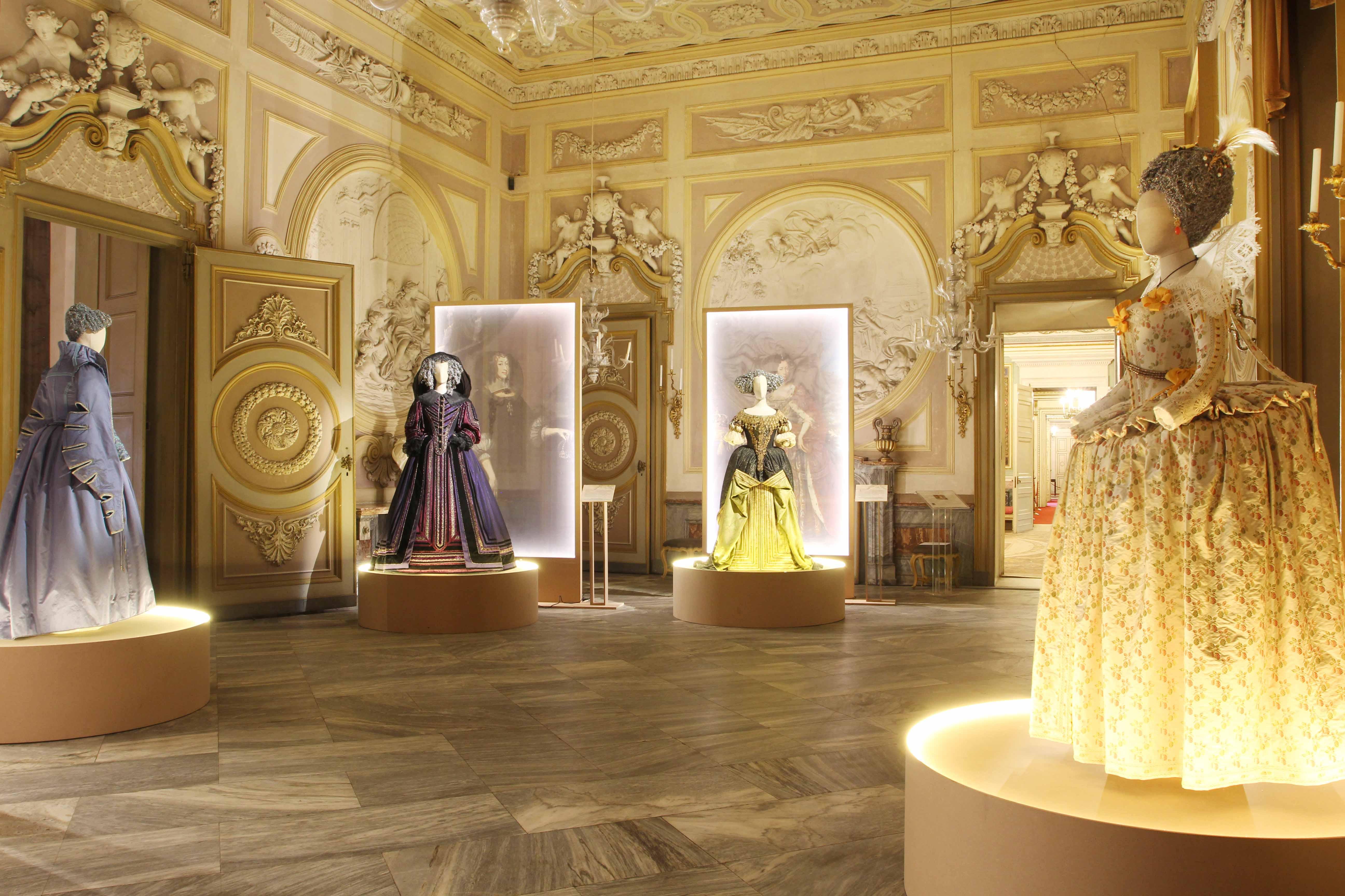 """Costumi storici esposti nella mostra """"Sovrane eleganze"""""""
