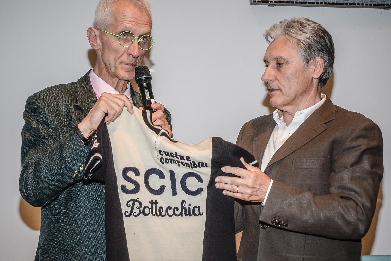 Paolo-VIBERTI-Beppe-SARONNI-con-la-vecchia-maglia-di-Saronni-1
