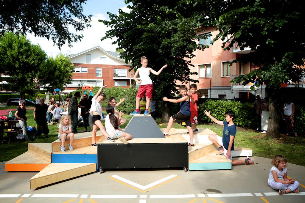 I bambini giocano nel parco di Cuneo nuova
