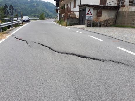Crepe sull'asfalto e avvallamenti sulla strada provinciale per Valmala