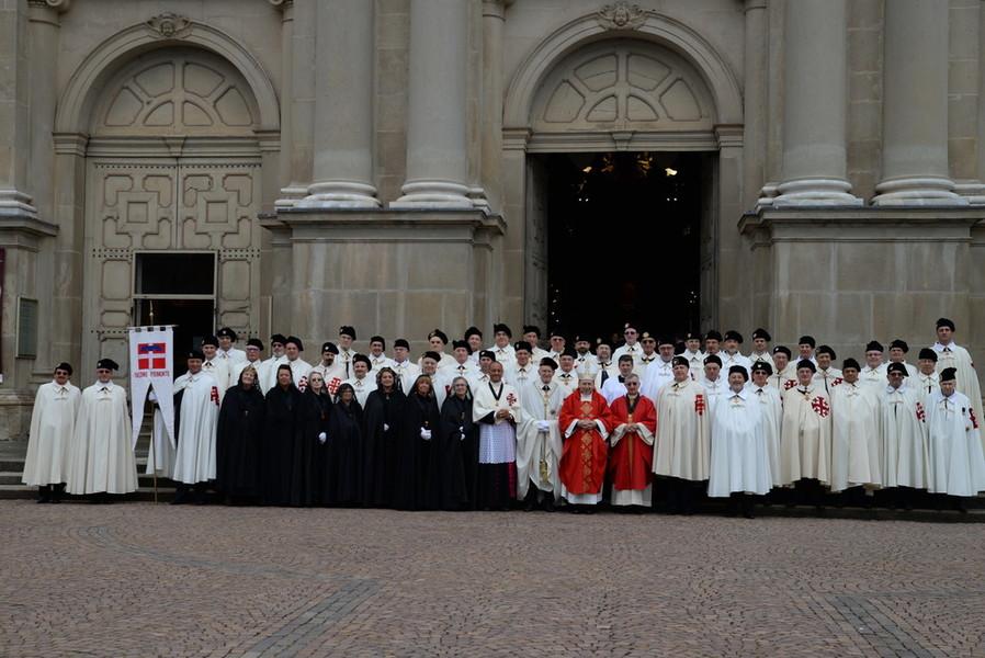 Vicoforte: Cavalieri e dame dell'Ordine davanti al santuario