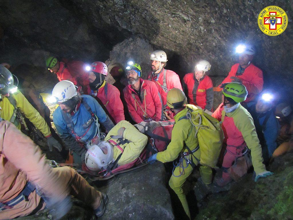 Soccorso alpino - esercitazione nella Grotta di Piaggia Bella