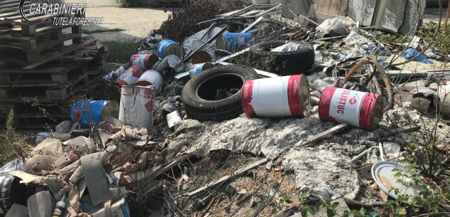 La Guida - Macerie e rifiuti pericolosi in area fluviale protetta, denunciato