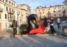 """La Guida - Inaugurata """"L'abbraccio del cigno"""" in piazza Boves"""