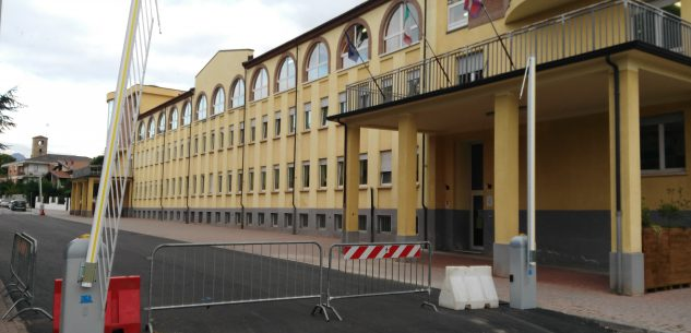La Guida - Caraglio, posizionate le sbarre d'accesso al cortile delle scuole
