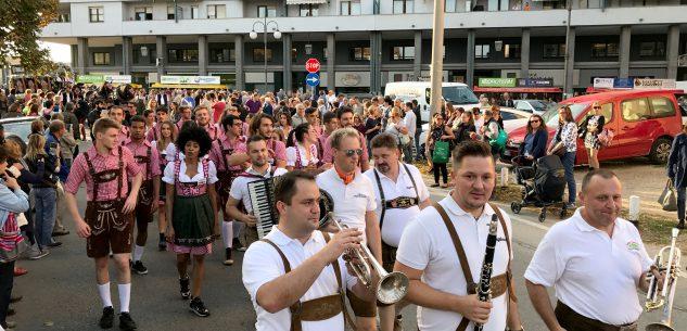 La Guida - La grande parata apre la festa dell'Oktoberfest Cuneo