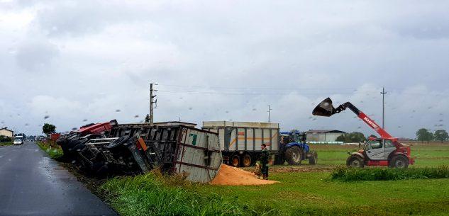 La Guida - Camion si ribalta sulla strada tra Busca e Costigliole