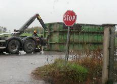La Guida - Rimorchio del camion della spazzatura si ribalta in un campo