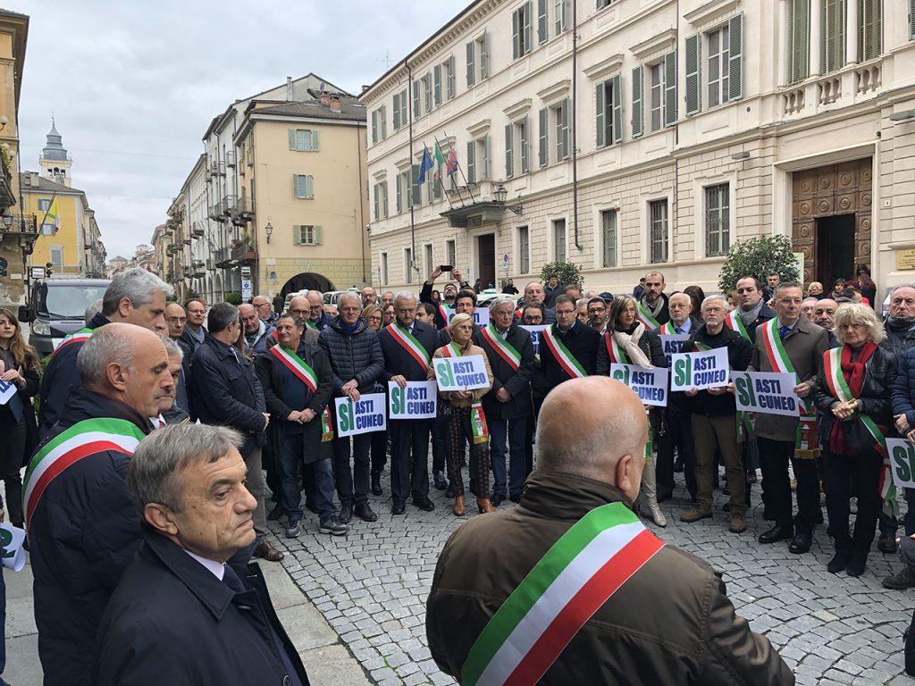 Sindaci e amministratori in protesta di fronte alla Prefettura