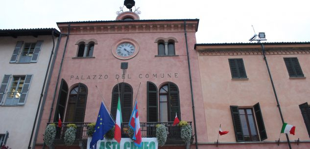 """La Guida - """"Sì Asti-Cuneo"""" uno striscione sul palazzo comunale"""