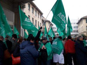 Lo sciopero dei medici oggi di fronte alle Molinette di Torino con molti medici cuneesi