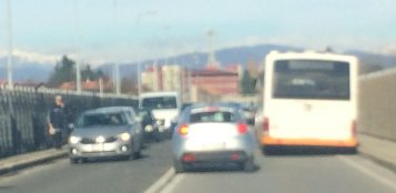 La Guida - Pullman fermo su viadotto Soleri