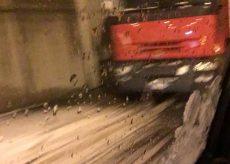 La Guida - Neve e disagi, un camion fermo nei pressi della Est-Ovest